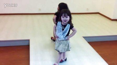 三岁双胞胎小萝莉超萌走秀
