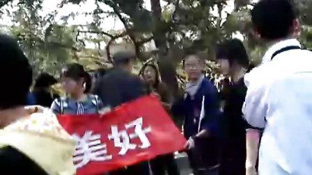 太原48中的学生在迎泽公园做环保宣传