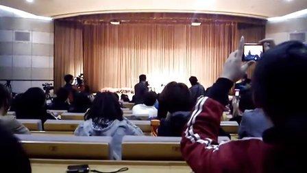 龚琳娜传媒大学现场演唱神曲《你在哪里》