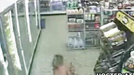 美女穿着泳装在超市撒尿!