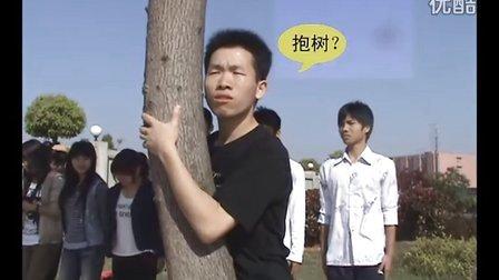 """军训时最尴尬的一幕 错把""""报数""""听成了""""抱树"""