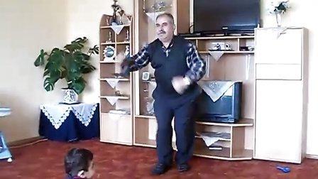 爆笑 老人在家给两孙子跳的士高