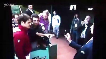 2011法网费德勒14决赛赛后拥抱被挤摔倒的粉丝