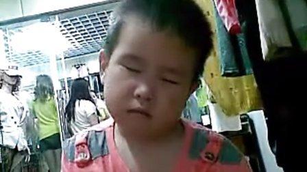 超级搞笑国内小孩坐着睡觉