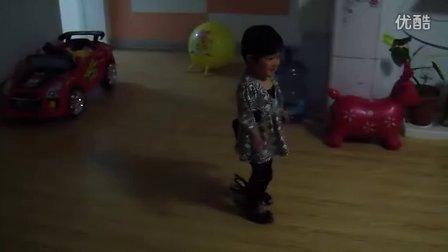 丫丫喜欢妈妈的高跟鞋