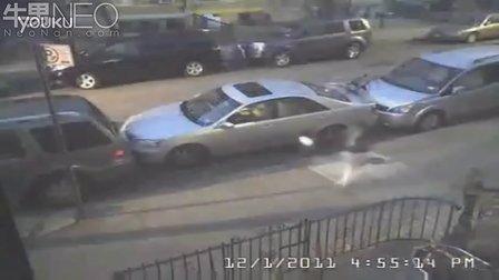 车位是挤出来的.看看牛人怎么停车的