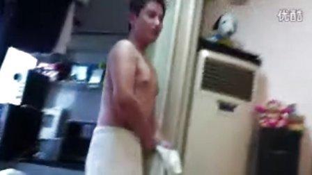 实拍:富二代小帅哥 在裸体秀呢