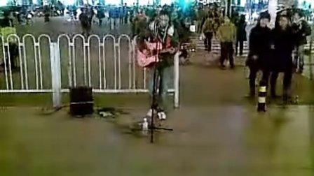 20111111光棍节天津小宇街头弹唱至少还有你