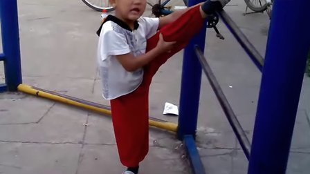 皮皮4岁侧压腿训练