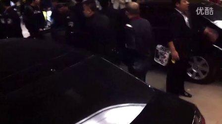 郭德纲潍坊专场之离场,热心观众围堵,道:辛苦!2011年10月22日