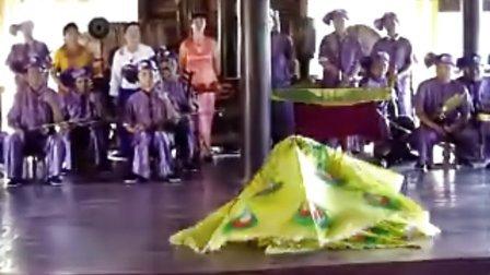 云南孟连傣族土司师傅演的男孔雀舞