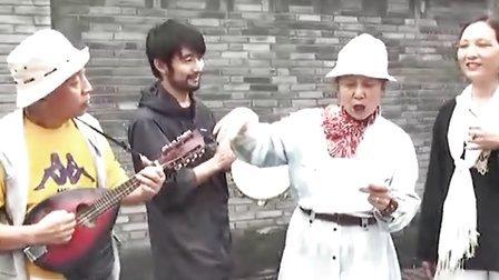 惊讶!成都最潮老夫妻改编弹唱神曲《伤不起》www.bt520.com.cn