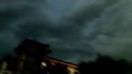 老婆,快和牛魔王一起出来看世界末日。西安天空异象2011年8月25日