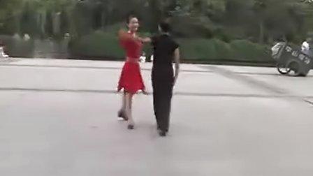 广场交谊舞三步 踩