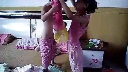 给妹妹穿衣服