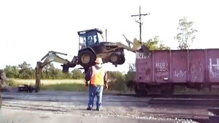 两头忙—挖掘装载机高难度下火车厢
