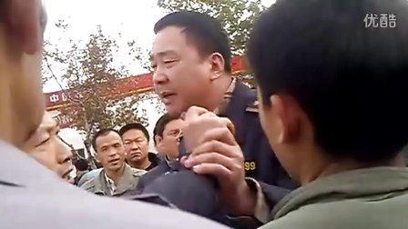 青岛城管暴力执法视频。