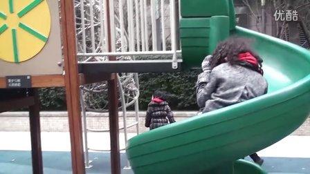 外国姐姐和中国孩子一起玩滑滑梯