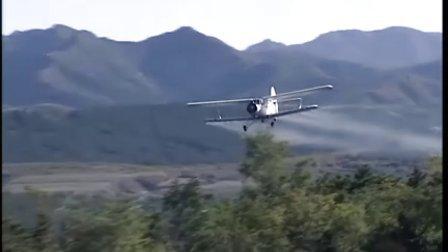 我市利用飞机喷洒生物农药防治松毛虫