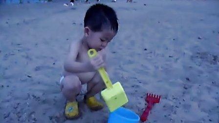 欧阳哲瀚江边玩沙子