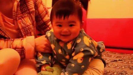 【七个月大】12-29哈哈坐在沙发上跟妈妈玩