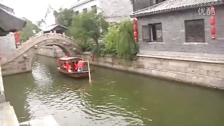 山东枣庄台儿庄古城景区内河美女摆渡歌声悠扬