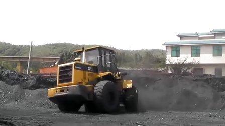 忙碌的厦工装载机