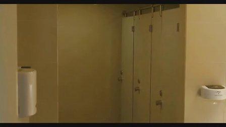 厕所偷窥不成反湿身