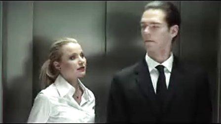 美女在电梯勾引帅哥失败反被脚踩