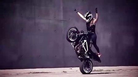 ICON赞助的女特技摩托车手Leah Petersen