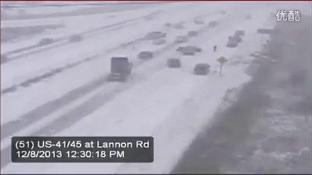 实拍美国威斯康辛州大雪高速公路50车连环撞