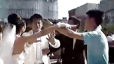 小三抓起新郎的手