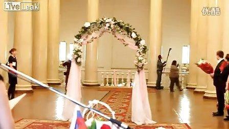 最尴尬婚礼 新娘走红毯时掉婚纱.