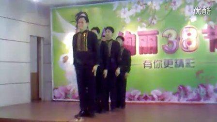 可爱男同事激情演绎舞蹈