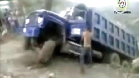 太惊险了!实拍大货车坠山的恐怖瞬间全过程