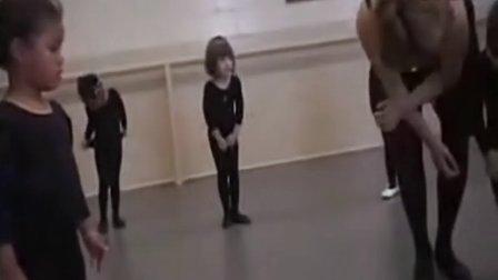 小女孩学芭蕾舞搞笑一幕 竟然不会把脚摆成一字