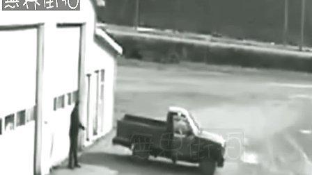 劫匪抢车后发现不会开