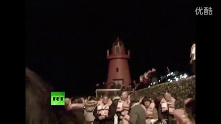 第一时间实拍意巨型游轮倾覆 乘客逃生现场高喊救命 堪比泰坦尼克