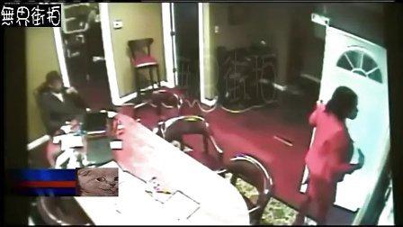 男女手枪打劫,没想到保安持冲锋机