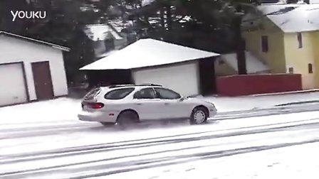 实拍冰雪路面的下坡路 牛人司机采用270度大回转转弯 标清