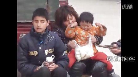 【拍客】最美少年零花钱买包子送街头卖唱残疾人