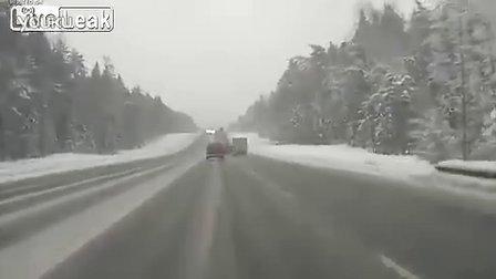 极其恐怖!车辆雪路失控被迎面大货撞成粉碎