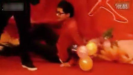北京一男子彪《离歌》,当场脑缺氧,倒地不起,他是在用命唱歌.