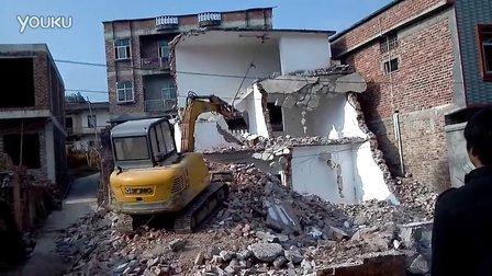 徐工挖掘机XE65D拆房子惊险一幕