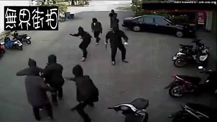 十二大汉持刀抢劫,不料店主有枪