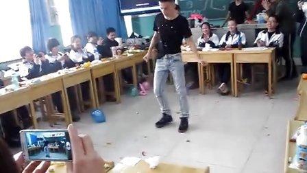 乌鲁木齐市实验学校 高二小伙子 元旦联欢会 tecktonik表演