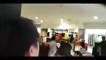 在商店起争执妻子被打老外与中国店员互殴