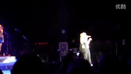 Kelly Clarkson歌迷选曲环节中翻唱Wide Awake