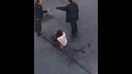 实拍女子当街被捅20多刀 浑身是血满地乱滚 愤青男和保安大哥挺身