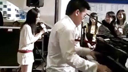 """《我是歌手2》 邓紫棋16岁翻唱〈听海》 惨遭钢琴伴奏""""虐待"""""""